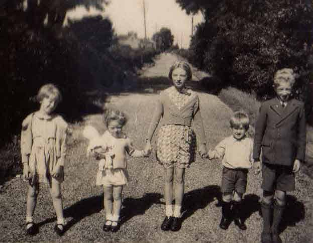 1941 Naphill Bucks 5 children from the Whitehead family side.