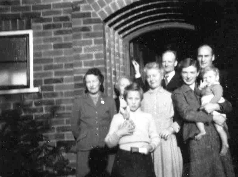 Edna Brown, Nellie Haydon, Gillian Ellis, Mary Haydon, Bob Brown, Christine Reason, Roy and Peter in August 1957.